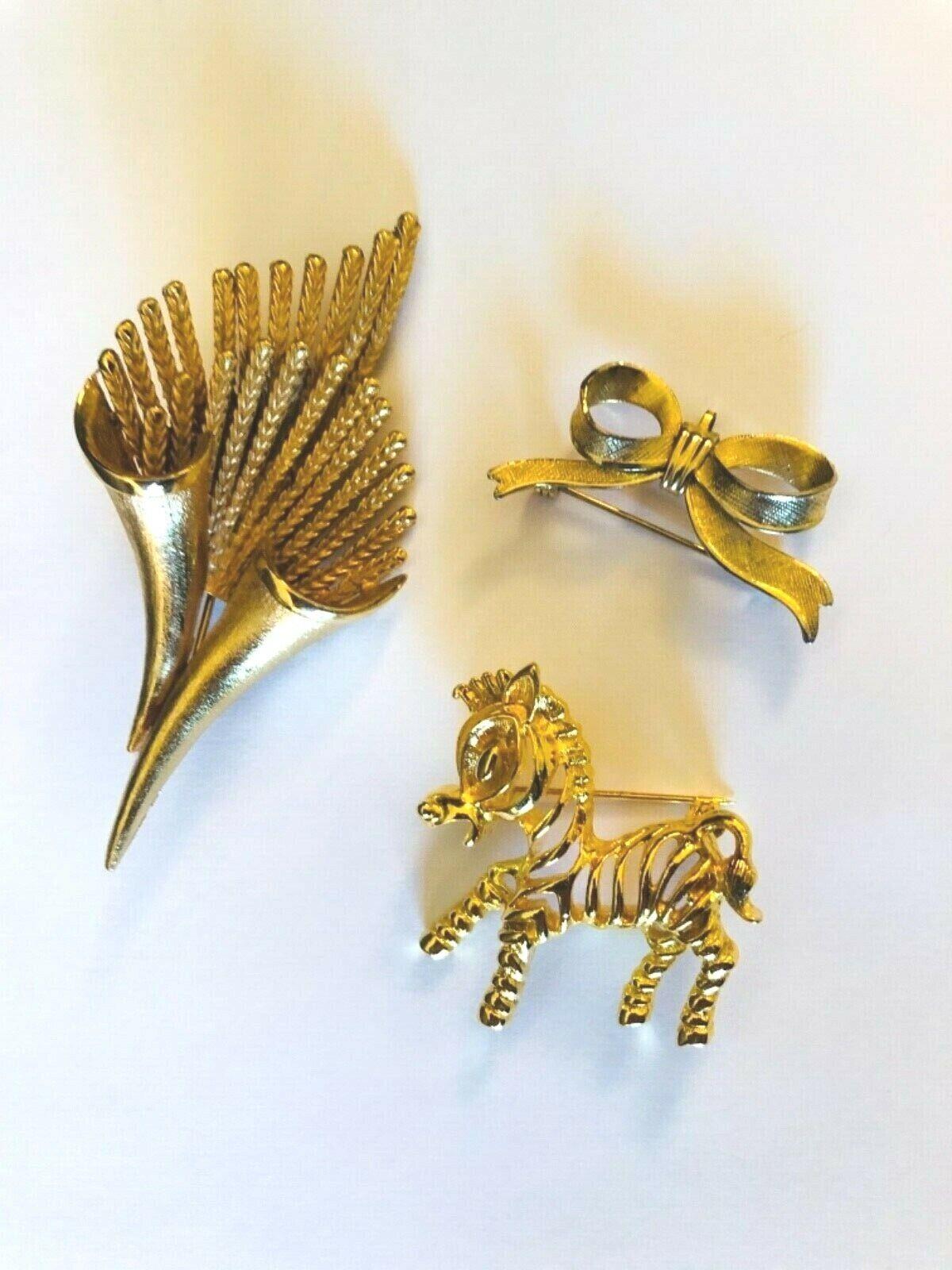Lovely vintage textured goldtone tiger eye leaf figural brooch and matching screwback earrings set