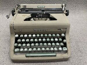 Vintage ~ Royal Quiet De Luxe ~ Portable Typewriter & Case
