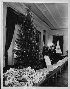 1940 Christmas Tree Decorations at White House Press Photo ... 1940s White House Scottie