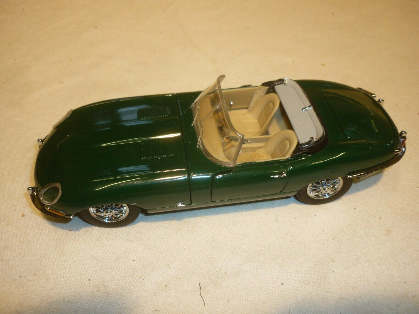 A Franklin mint scale model car of a 1961 Jaguar XKE Roadster, no box