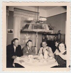 (f19910) Orig. Photo Personnes à Table Dans La Chambrée, Café 1939-afficher Le Titre D'origine Vif Et Grand Dans Le Style