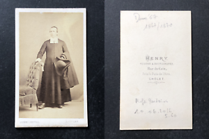 Henry-Cholet-Pretre-tenant-son-chapeau-a-la-main-circa-1870-vintage-cdv-album