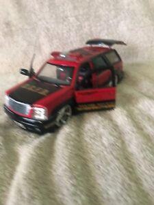Jada-DUB-CITY-2002-Cadillac-Escalade-Fire-Department-1-24-Diecast-Truck-SUV