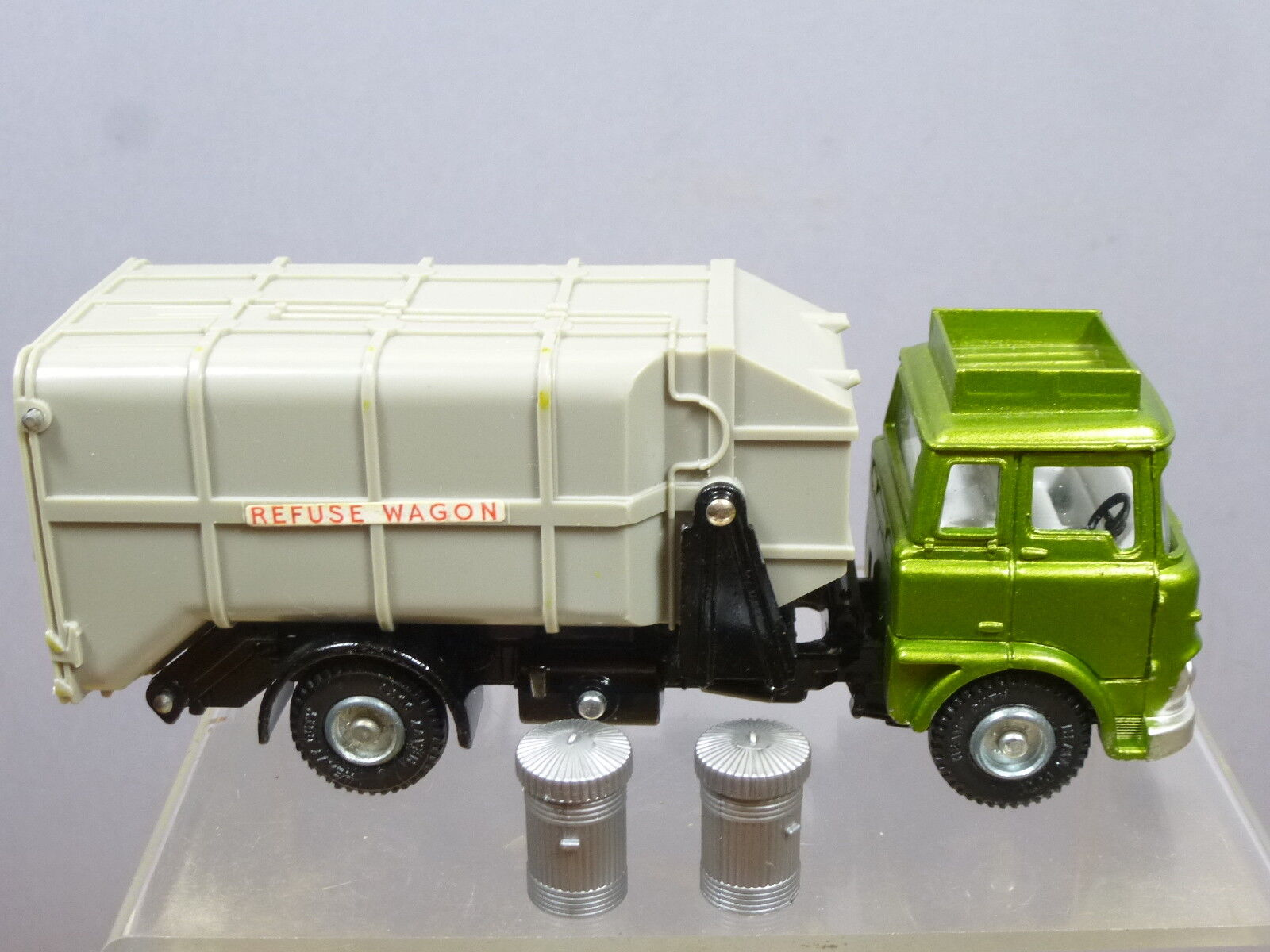 DINKY TOYS MODEL  No.978   BEDFORD REFUSE WAGON   &  DUSTBINS (  3rd VERSION )