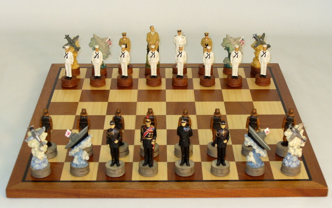 PEARL HARBOR CHESS SET JAPAN vs. USA - SAPELE tavola  15¾  - K=3¼  (ww r74570-sm)  miglior prezzo
