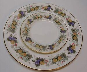 Royal-Doulton-Plate-Grapes-Strawberries-Apple-English-Bone-China-Ravenna-Set-2