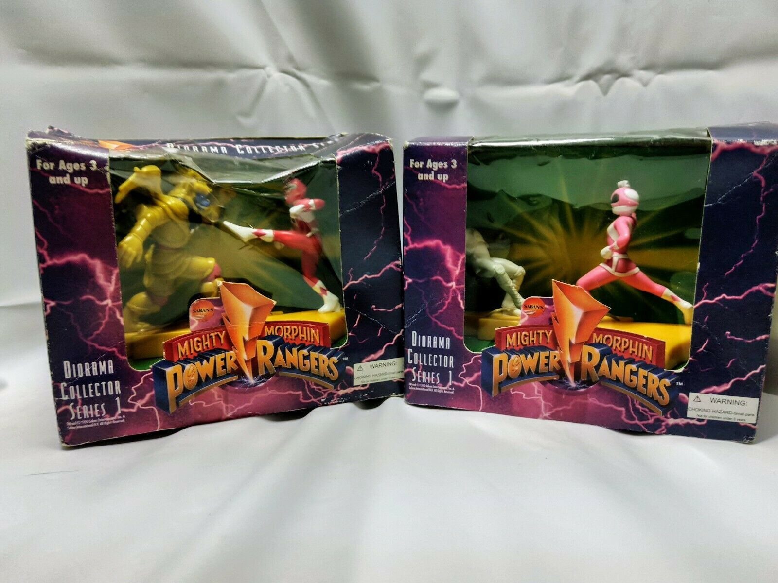 Mighty Morphin Power Rangers Diorama Collector Series (1 Red and Pink Combo)