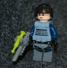 Lego Jurassic World Minifigure Female ACU TROOPER w// Vest /& Gun from set 75918