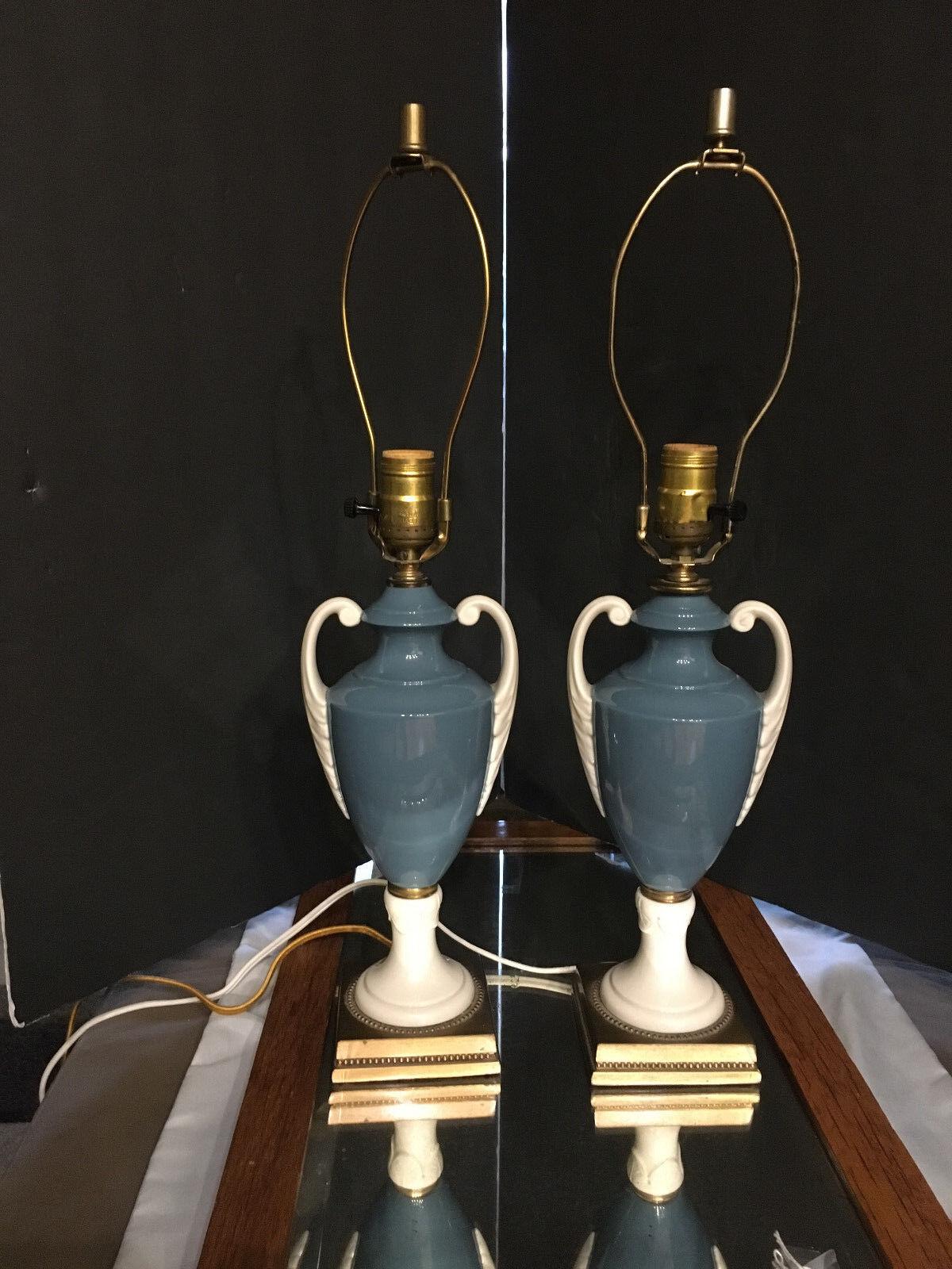 Classic Beauty-Pair Blau Weiß Urn Brass Base Formal Lamps - Elegant  Antique