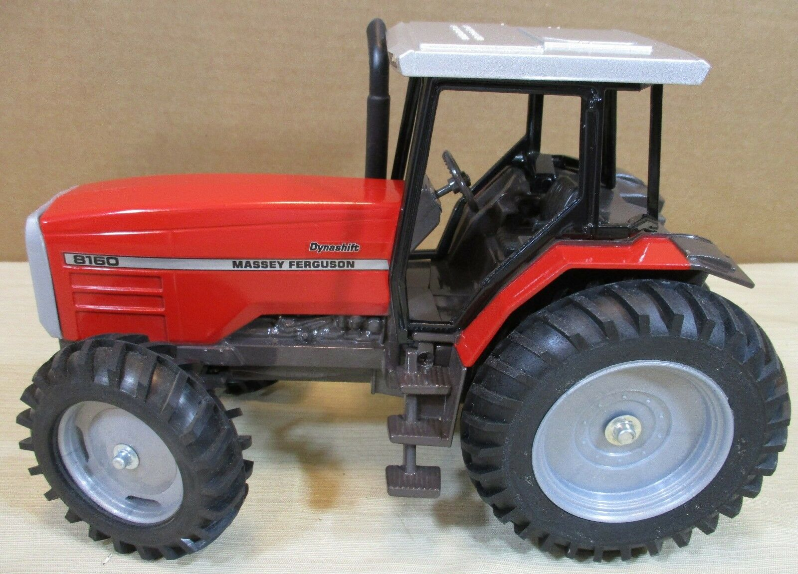 8169 Massey ferguson dynashift Rouge Ferme Tracteur Avec Capuchon & escalier étapes 1 16 NOUVEAU