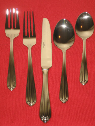 """Wallace Silversmiths 18//8 Stainless Steel /""""Biltmore/""""5Pc Place Set New in Box."""