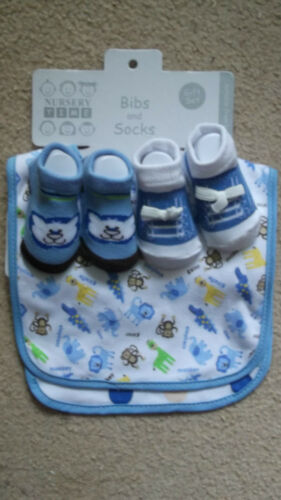 2 BIBS /& 2 PAIRS SOCKS GIFT SET TO FIT 0-3 months CHOICE OF 2 COLOURS