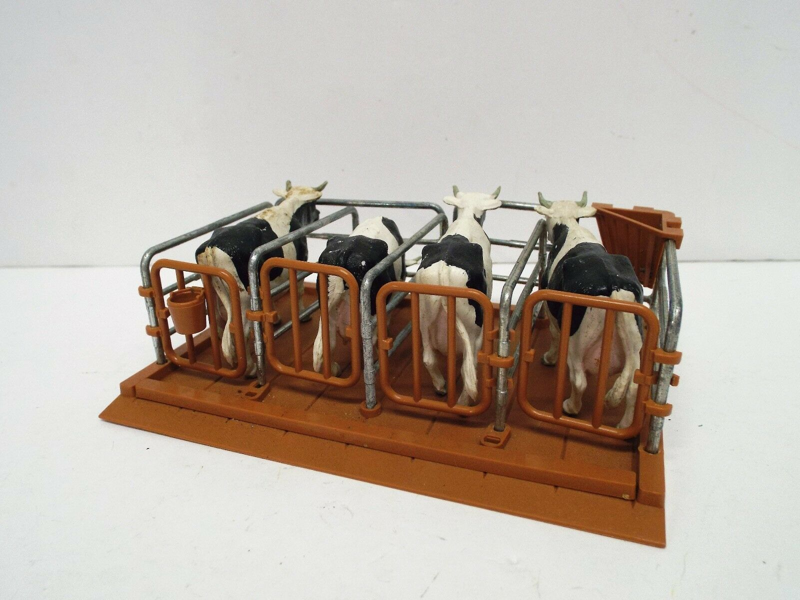 BRITAINS FARM 1716 ANIMAL COW PEN WITH 4 X HOLSTEIN COWS EXCELLENT (BS2522)