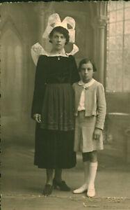 Carte-Photo-ancienne-costume-coiffe-Concarneau-mere-et-fille-posant-en-studio
