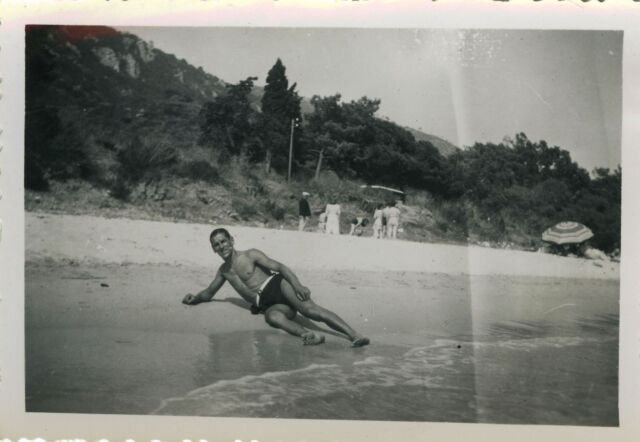 PHOTO ANCIENNE - VINTAGE SNAPSHOT -HOMME ALLONGÉ MAILLOT DE BAIN TORSE NU PLAGE