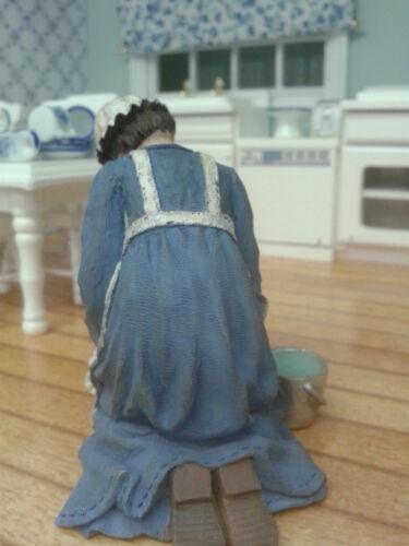 Maison de poupées miniatures échelle 1//12th Accessoire Résine agenouillé Maid DP307 NEUF *