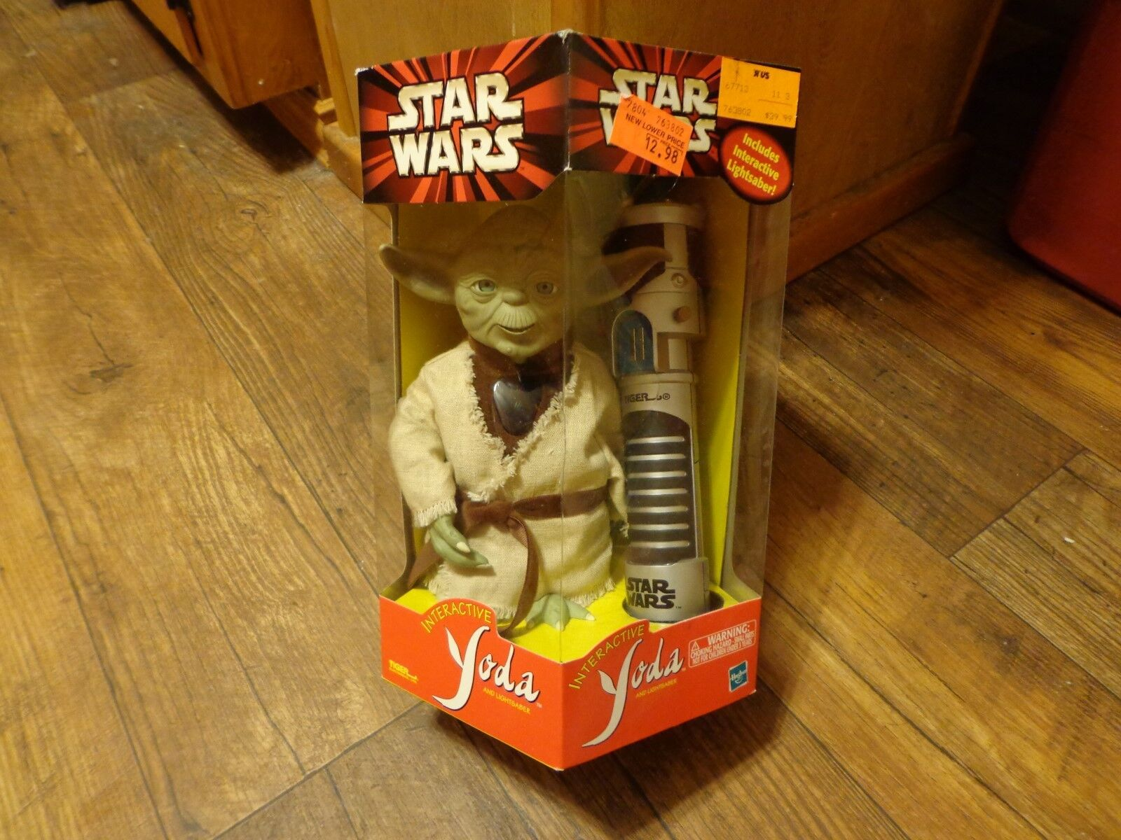 2000 HASBRO--STAR WARS--INTERACTIVE YODA FIGURE AND LIGHTSABER (NEW)