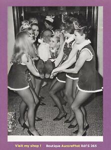 PHOTO-PRESSE-1967-SID-JAMES-FANTAISISTE-ANGLAIS-amp-LES-MISS-NOEL-A-LONDRES-S265