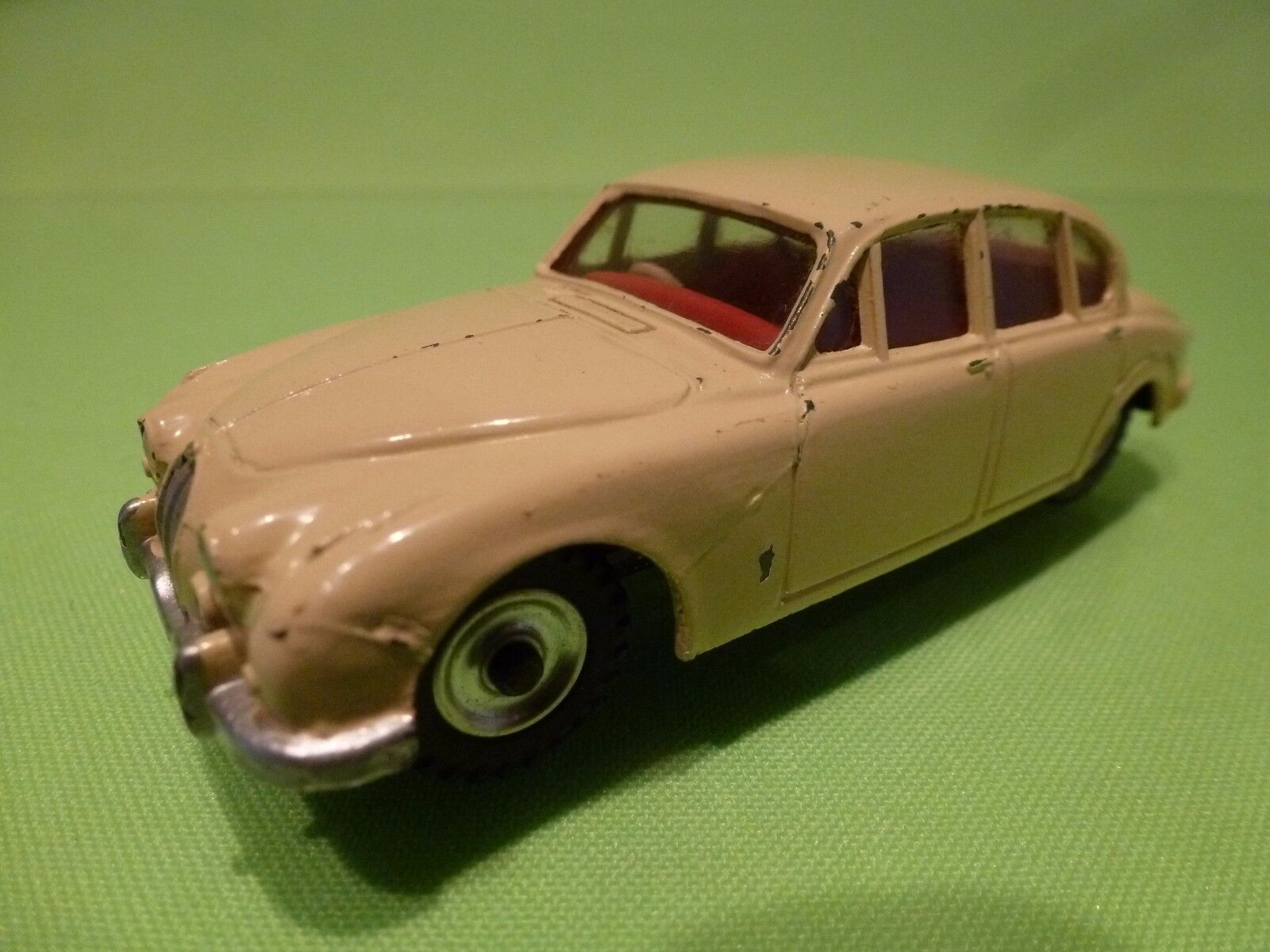 DINKY TOYS 195 JAGUAR 3.4 LITRE - - - CREAM 1 43 - NEAR MINT CONDITION df5fcc