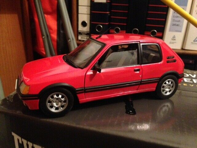 diseñador en linea Peugeot 205 GTI - 1 1 1 18 Solido-rojo Diecast Coche  precioso