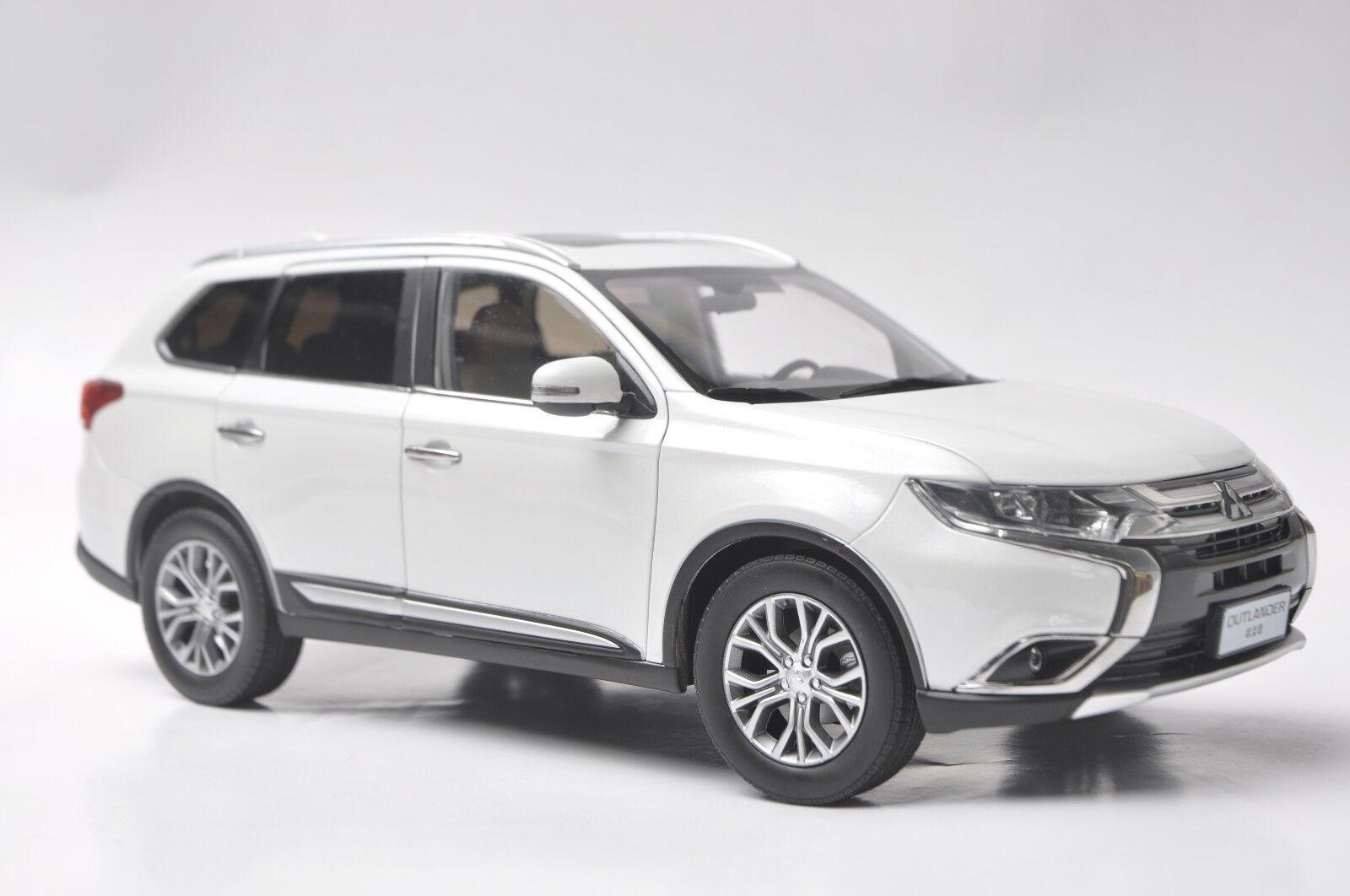 Mitsubishi Outlander 2017 car model in scale 1 18 bianca