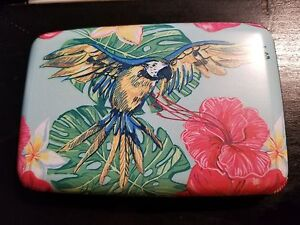 Armored-Wallet-Parrot-Design-Protects-Credit-Cards-from-RFID-Identity-Theft