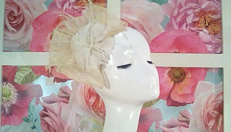 Wedding fascinator hat Natural Flower detail