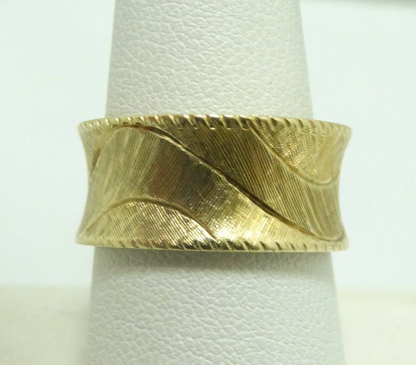 Gorgeous 14K Yellowgold 10mm Dia Cut Wavy Textured Ring Size 8.25 8.2grams D7874