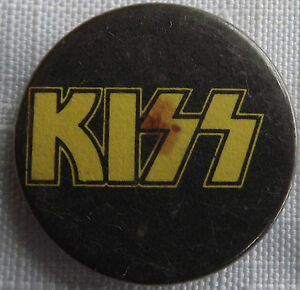 Kiss-Old-Clasico-70-80-S-Boton-Pin-Insignia-Amarillo-Logotipo-25mm-No-Camisa