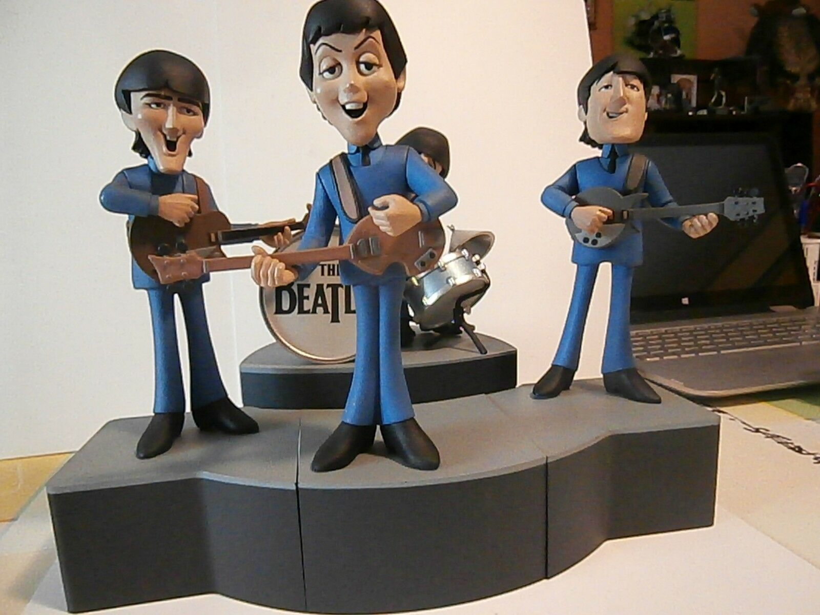 THE BEATLES figurine Beatles -Product McFarlane Toys ltd sign or .2004.rare