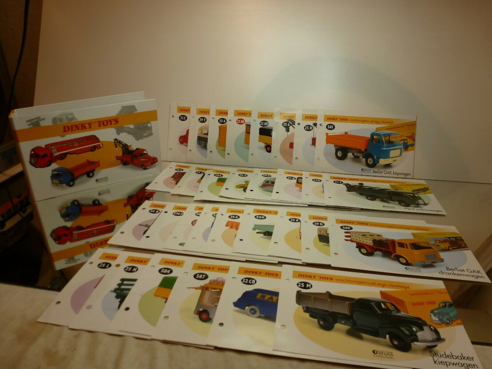 DINKY TOYS ATLAS COLLECTIONS LEVER ARCH FILE + 30x DUTCH LEAFLETS - GOOD