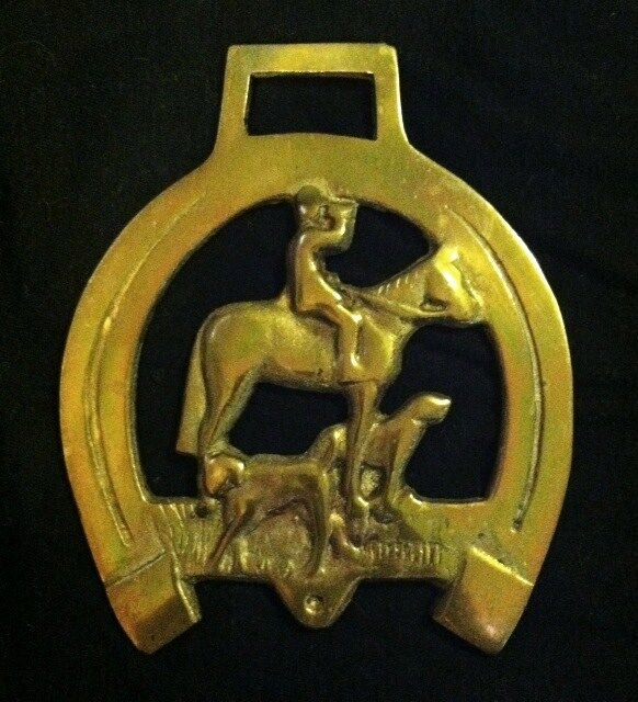 BIG BIG Horse Harness Brass HUNTSMAN on HORSE with HOUNDS in HORSESHOE England