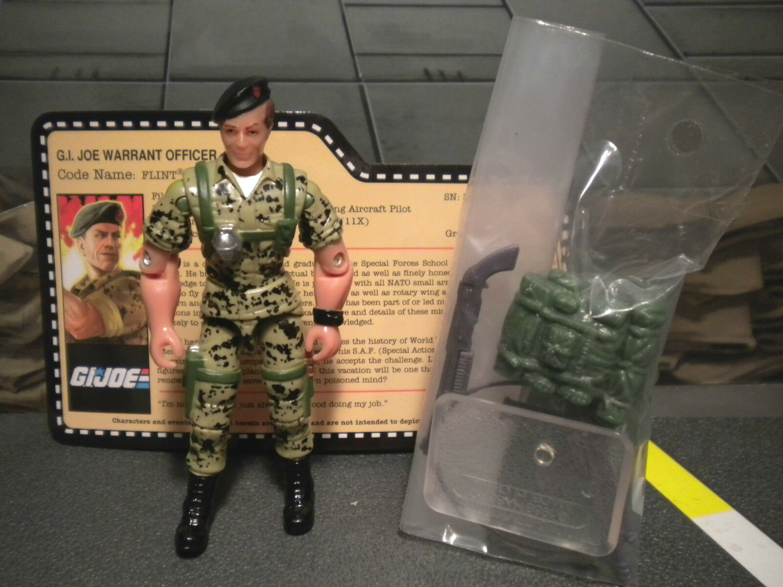 GI JOE  2010 FLINT  VACATION IN THE SHADOWS  JOECON 100% complete & card 1985