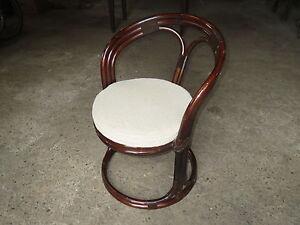 Ancien-fauteuil-siege-ou-chaise-en-rotin-vintage-assise-coussin-velours
