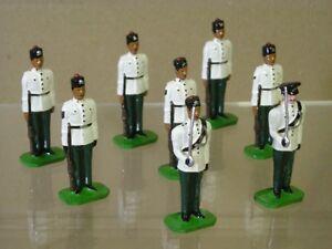 Groupe de défilés de blousons blancs du 10e Gurkha ducale à l'attention de X 8 et de son officier