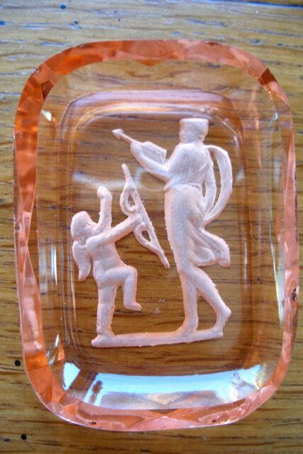 ancien petit baguier en cristal teinté gravé décor cupidon XIXème