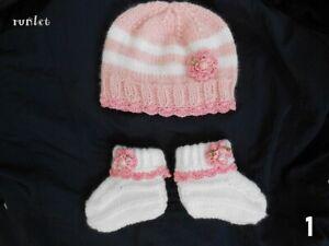 bonnet et chaussons bébé fille fait main en laine rose blanche.