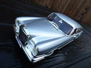 REVELL-1-18-RARA-1964-MERCEDES-220SE-W112-argento-con-interno-rosso-modello-auto-giocattolo