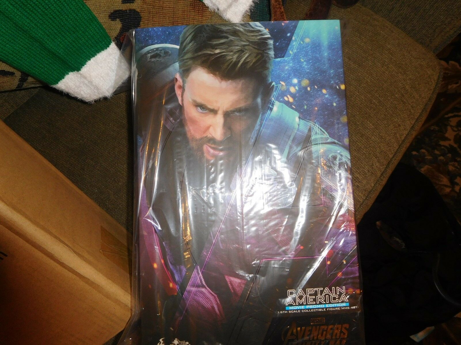 Ho Toys MMS 481 Infinity War Captain America (Film PROMO EDITION) dans la main USA