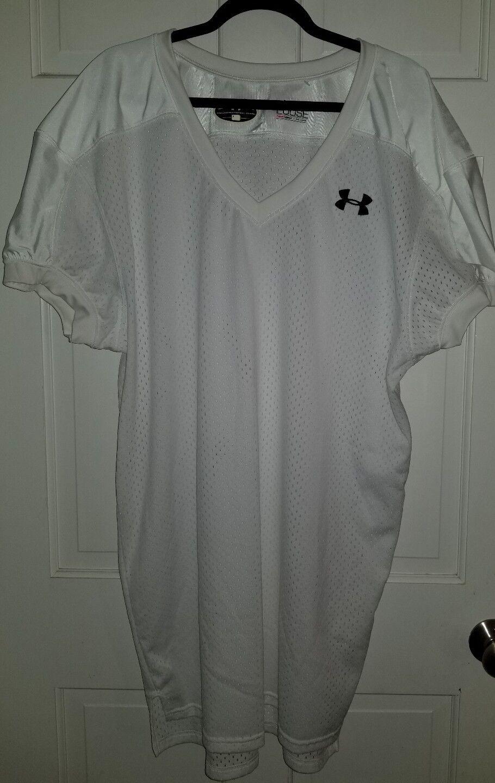 Una camiseta blancoa perforada bajo la armadura.Viento del Noroeste