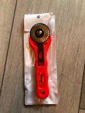 28 mm// taupe KAI Rollschneider mini mit Klarsichtschutzkappe