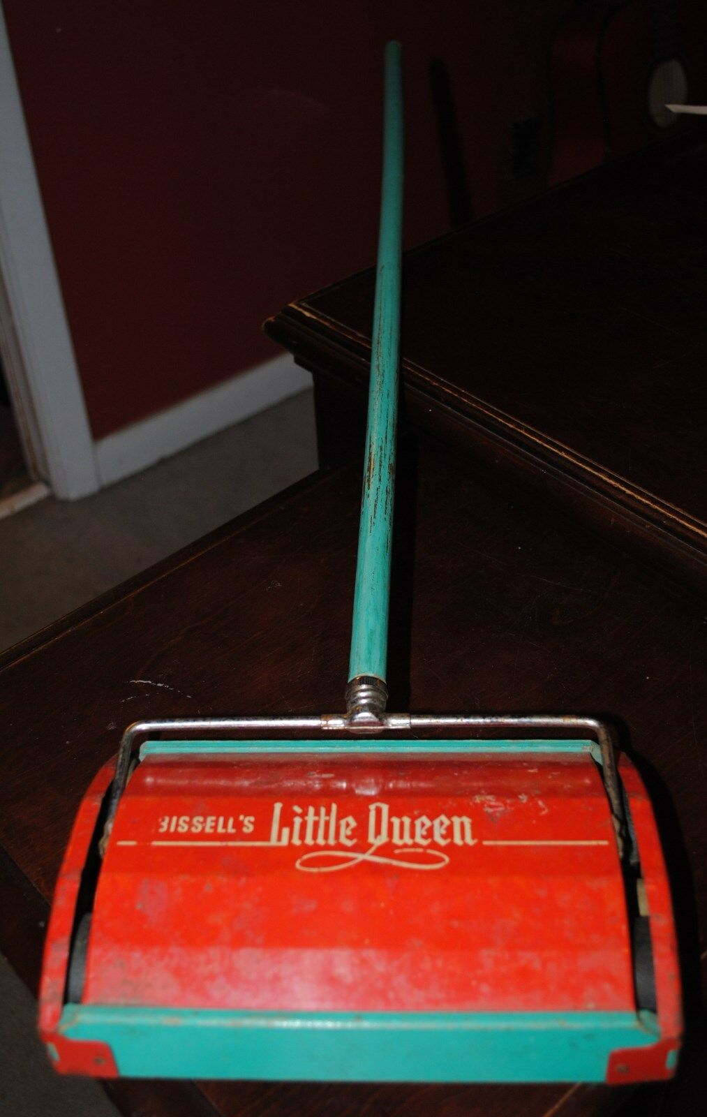 BISSELL'S LITTLE QUEEN TOY PULL PUSH SWEEPER VERY CUTE & COOL OLD PLAY TOY