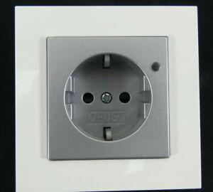 OPUS-Steckdose-Spannungsanzeige-512-445-Rahmen-10-611-FUSION-Weiss-Silber