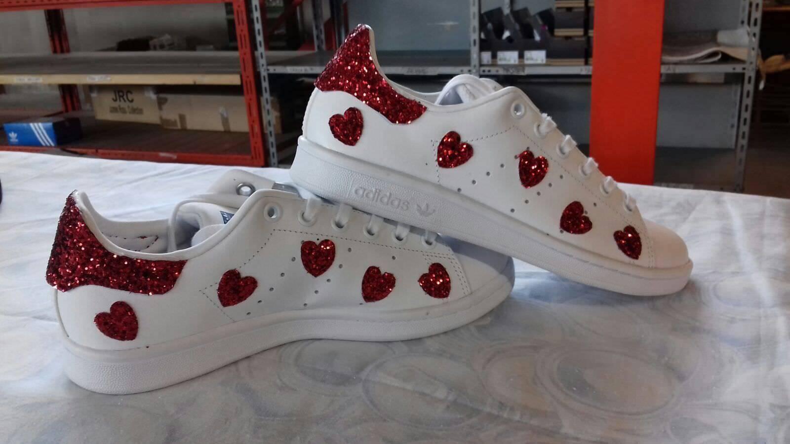 schuhe adidas stan smith con glitter rot e cuori rossi