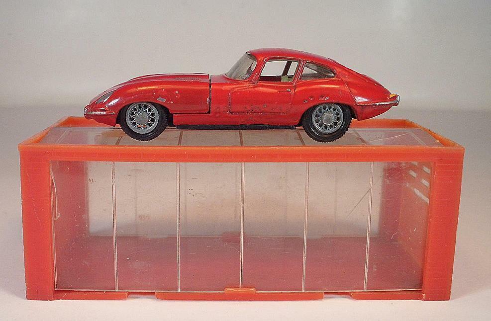 Mini Dinky No. 11 Jaguar E Type rot in Garage ca. 1 66  6806
