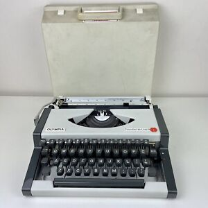 VINTAGE OLYMPIA TRAVELLER DE LUXE S TYPEWRITER *WORKING WITH CARRY CASE*