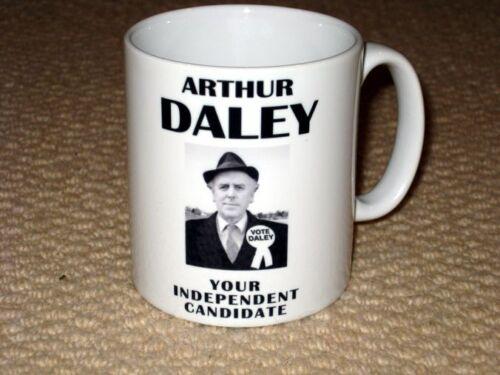 Arthur Daley Minder Politische Campaign Vote für Daley Plakat Becher
