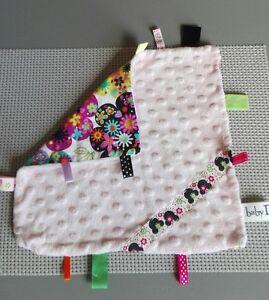 Doudou-plat-polaire-rose-revers-tissu-fleuris-etiquettes-Baby-Dior-comme-neuf