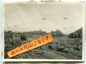 Foto : Ju-87 Flugzeug-Staffel im Tief-Flug über Dorf der Kalmückensteppe im 2.WK