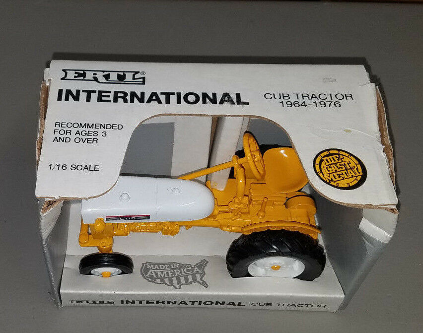 Juguete Ertl  653 International CUB tractor amarillo and blancoo in box